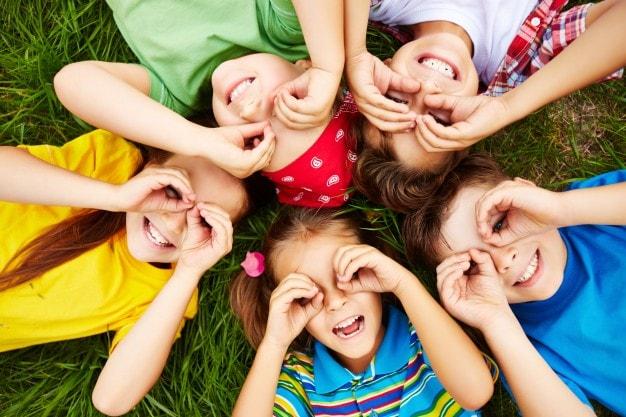 grupa szczęśliwych dzieci