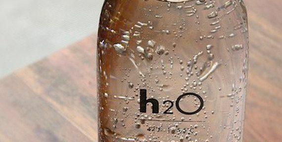 szklana butelka z wodą
