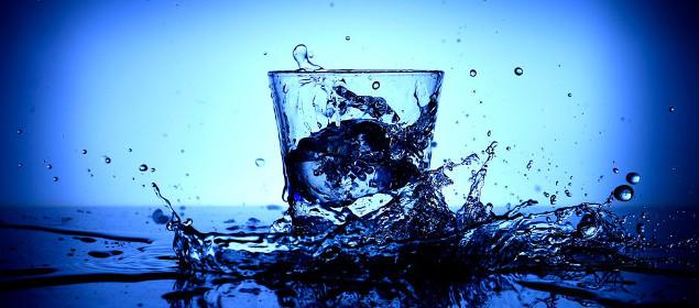 szklanka na niebieskim tle